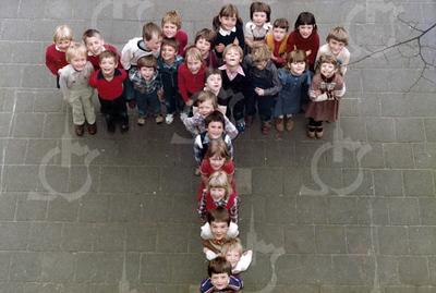 """W002<br /> De school telde toen 12 klassen. Precies genoeg om elke klas een letter te laten vormen van """"St.Annaschool"""". De foto's werden genomen vanuit het """"kaartenkamertje"""", achteraan de gang boven."""