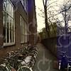 W036<br /> De fietsenstalling voor de kinderen tussen de school en de tuin van Schinck. Rechtdoor is de Hoofdstraat, maar daar staat een hek. De twee lokalen links voor zijn er later bijgebouwd (1950).