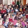 W040<br /> Aandachtig wordt er gekeken en geluisterd naar kinderen, die een optreden verzorgen.