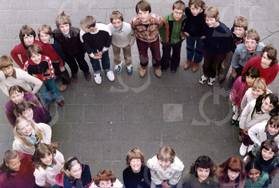 """W011<br /> De school telde toen 12 klassen. Precies genoeg om elke klas een letter te laten vormen van """"St.Annaschool"""". De foto's werden genomen vanuit het """"kaartenkamertje"""", achteraan de gang boven.  <br /> Zie ook KL0512"""