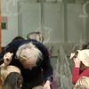 """W028<br /> Intussen is de handbel aan Wim overgegeven. Bij de hoofdingang """"belt"""" hij bij het begin van de schooltijd de kinderen """"naar binnen"""". We gaan dus niet meer in rijen naar binnen. Wim kent vrijwel alle (± 350) kinderen bij naam."""