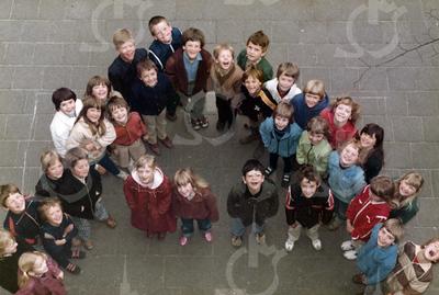 """W003<br /> De school telde toen 12 klassen. Precies genoeg om elke klas een letter te laten vormen van """"St.Annaschool"""". De foto's werden genomen vanuit het """"kaartenkamertje"""", achteraan de gang boven."""