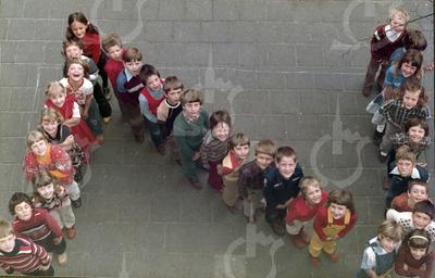 """W004<br /> De school telde toen 12 klassen. Precies genoeg om elke klas een letter te laten vormen van """"St.Annaschool"""". De foto's werden genomen vanuit het """"kaartenkamertje"""", achteraan de gang boven."""
