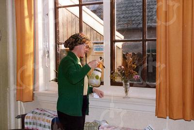 W016<br /> José v.d. Berk verzorgt de planten in de filmzaal
