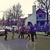 W020<br /> Sjanie Habers en Gerard Knoef zorgen dat de kinderen veilig oversteken vanaf het speelveld achter de school. Sjanie hanteert de handbel – die is van verre te horen