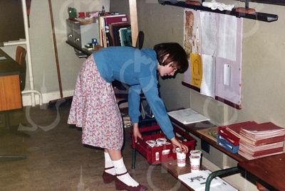W013<br /> De schoolmelk wordt vóór schooltijd uitgedeeld door een zesdeklasser.