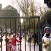 W022<br /> José v.d. Berk wacht op de laatste kinderen; de klaar-overs zijn ook binnen.