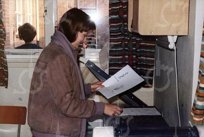 W017<br /> Sjanie Immerzeel bij de inbrander en stencilapparaat.