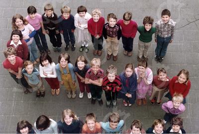 """W007<br /> De school telde toen 12 klassen. Precies genoeg om elke klas een letter te laten vormen van """"St.Annaschool"""". De foto's werden genomen vanuit het """"kaartenkamertje"""", achteraan de gang boven."""