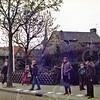 W019<br /> Sjanie Habers en Gerard Knoef zorgen dat de kinderen veilig oversteken vanaf het speelveld achter de school. Sjanie hanteert de handbel – die is van verre te horen