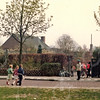 W021<br /> Langs de Prins Hendriklaan (nu Wilhelminalaan) wacht José v.d. Berk op de laatste kinderen; de klaar-overs zijn ook binnen.