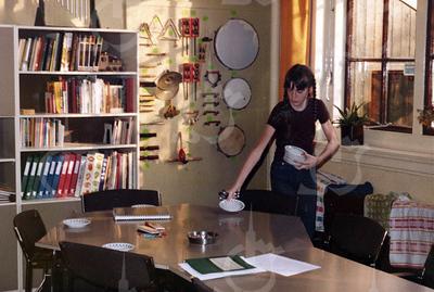 W014<br /> Zesdeklasser Yvonne Eikens zet in de filmzaal de koffiekopjes klaar.