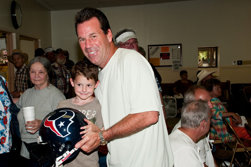 Houston Texans head coach Gary Kubiak poses with a young fan
