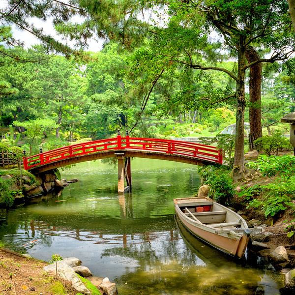 SHUKKEIEN Garden boat on the water with red bridge