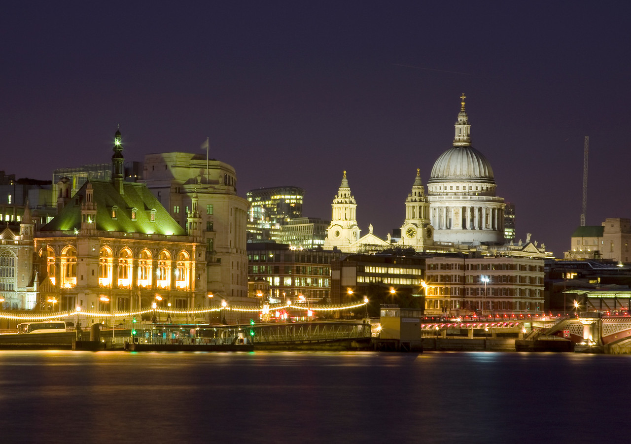 Night view of St Paul's Cathedral