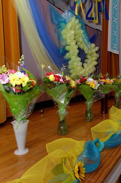 A sea of flowers in the school hall, which symbolically decorated in yellow and blue colors by the parents of graduates.<br /> Море квітів у шкільній залі, що символічно прибрана у жовто-блакитні кольори батьками випускників.