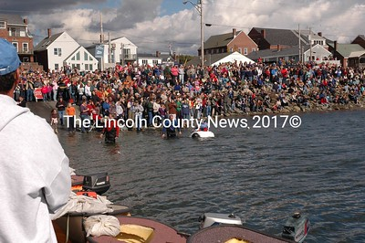 Da winner. Pete Geiger wins the paddlin' punkin' boat race as thousands cheer. (Joe Gelarden photo)