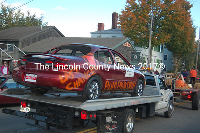 Newcastle Jeep tries to lure a buyer with a last-chance offer on this pumpkin drop-destined Taurus. (J.W. Oliver photo)