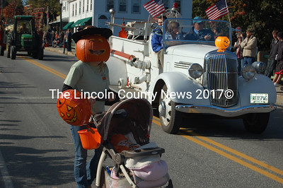 A fearsome pumpkin creature joins the Giant Pumpkin Parade with their pumpkin offspring. (J.W. Oliver photo)