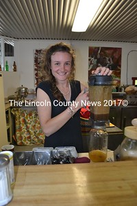 Taryn Hammer, co-manager of Sheepscot General at Uncas Farm in Whitefield, holds a blender of vegetable smoothie, a concoction she perfected for visitors to the farm on Open Farm Day, July 22. She gave out samples of the smoothie, Kombucha (in the jar below), and bagel chips. (H. Perkins photo)