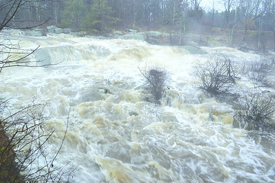 The Medomak River behind Mill Street at about 3:30 p.m. on Nov. 27. The river was running high that day due to lots of rain and runoff from melted snow. (D. Lobkowicz photo)