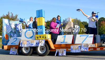 "The sophomores' Homecoming float sported an appropriate ""Cage the Eagles"" sign and an eagle caged in chicken wire in support of the MVHS teams playing against their cross county rivals, the Lincoln Academy Eagles, during Homecoming weekend. (D. Lobkowicz photo)"