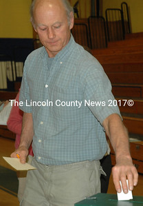 John Shepard, of Union, votes during the RSU 40 budget meeting at Medomak Valley High School in Waldoboro on Tuesday, May 17. (Alexander Violo photo)