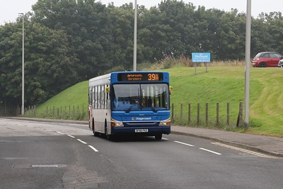 35242 climbs Westway on the 39A local service