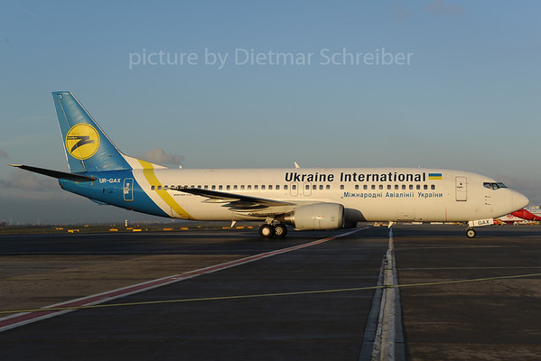 2013-12-02 UR-GAX Boeing 737-400 Ukraine International