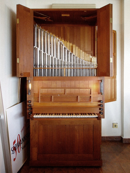 "Starup & Søn 1960. The undecorated rectangular case follows the contemporary trend of organ design for functionality in sound projection. Stops front–back: Quintatøn 2′, Principal 4′, Rørfløjte 4′ (not visible), Trægedakt 8′. The placement of the smaller, brighter registers in front is a neo-Baroque feature.<br><span style=""font-size:75%"">©Yangchen Lin</span>"
