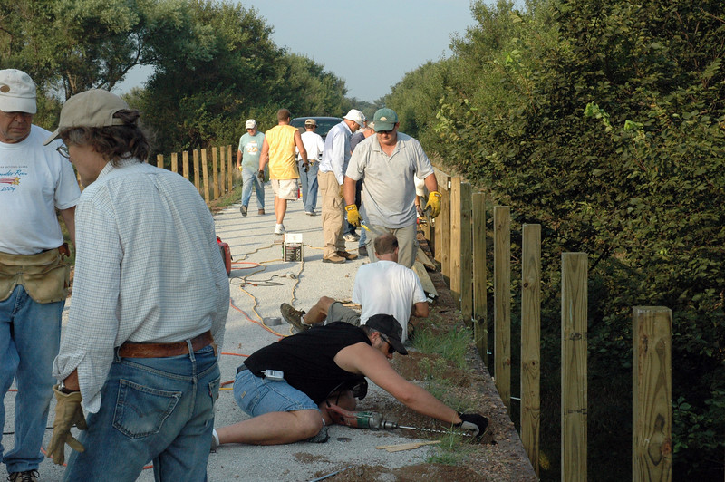 Nebraska: Volunteers install bridge