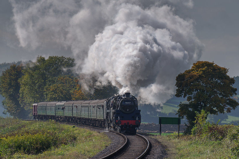 Standard Four No. 76017 and 9F No. 92212 on Wanders Curve with the <br /> 13:40 Alresford - Alton, on 22nd October 2016.