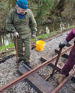 Ensuring that the sleeper is correctly positioned before the rail is fixed