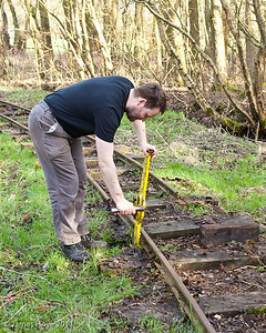 Jacking up the rail so that the sleepers can be removed