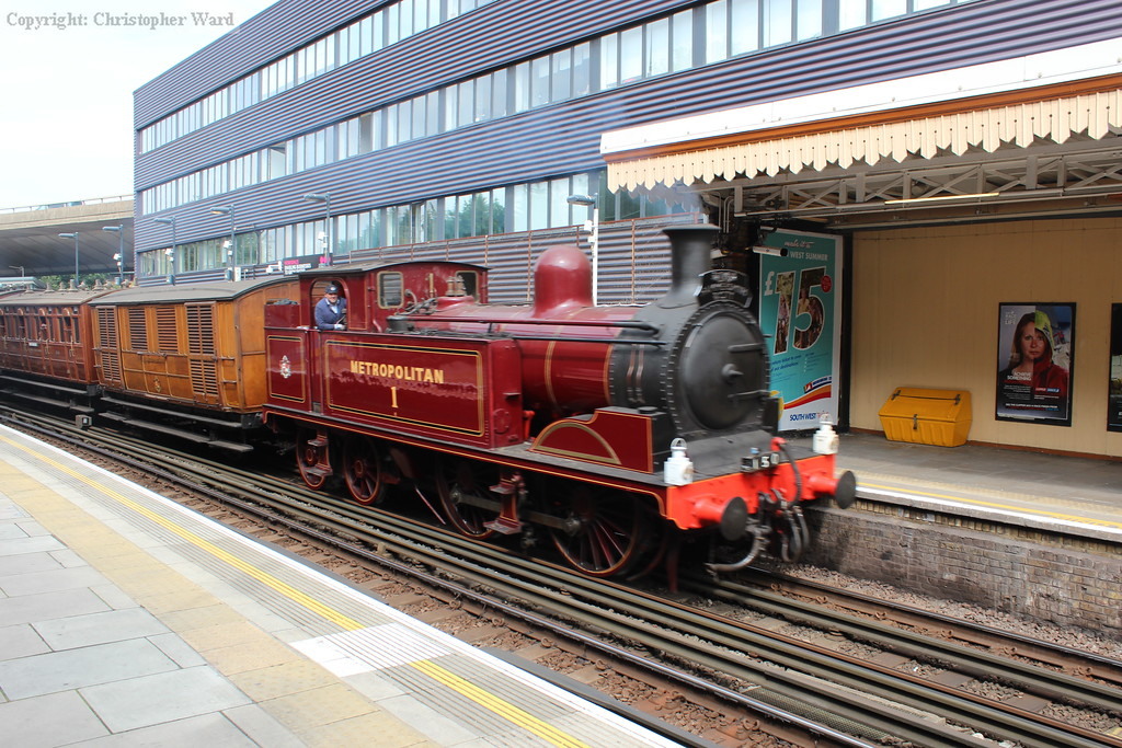 The Met tank coasts through Westbourne Park and prepares to dive under the GWML out of Paddington