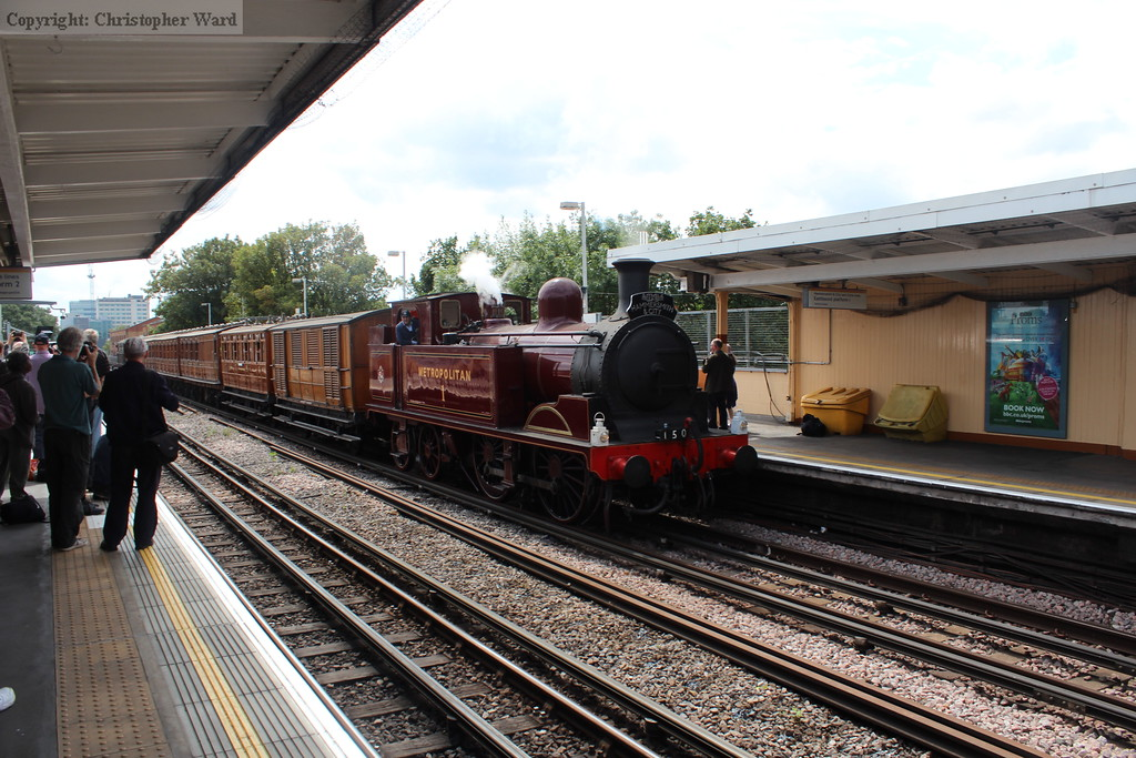 Met #1 brings her load up the climb out of Hammersmith through Goldhawk Road