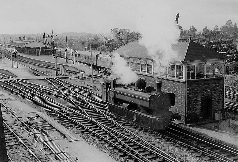4675 Passing Westbury North Box and into Platform 1