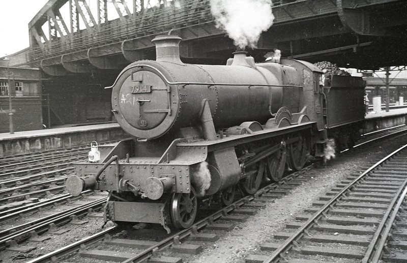 Sep 1961:  Reading's Modified Hall 7914 'Lleweni Hall' backs into Paddington