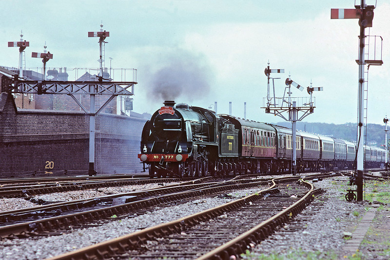 11th May '86:  30777 Sir lamiel passes the fine aray of signals on the eastern approach to High Wycombe station