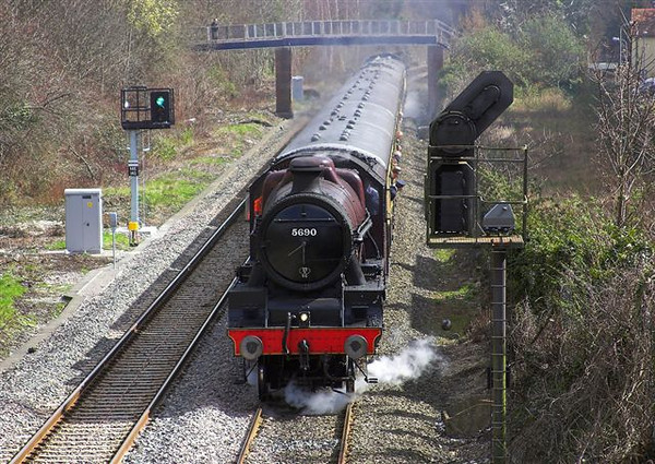 1st Apr 06:  Chiltern Centenary Special headed by 45690 Leander nears High Wycombe with 48131 on the rear