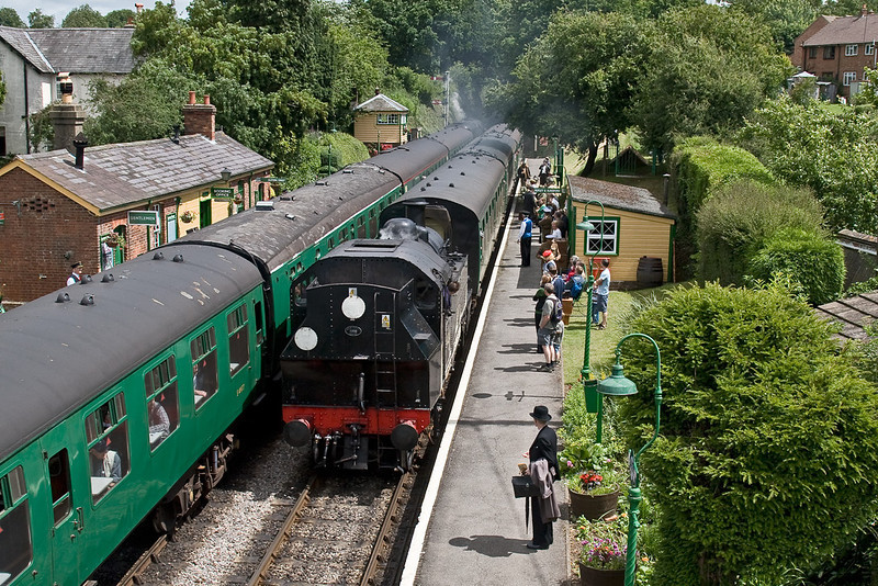 22nd Jun 08:  Ivat tank41312 arrives at Medstead & Four Marks with the 11.55 from Alton