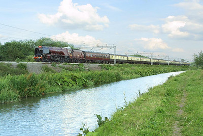 6233 'Duchess of Sutherland' was the star attraction of Pathfinder Railtours 'The Mancunian' on 09/07/2004. The Coronation Class Pacific is pictured alongside the Oxford Canal at Ansty on 1Z63 1523 London Euston-Manchester Piccadilly running about 15 minutes late. Unfortunately the dreaded cloud timed its arrival to perfection !!