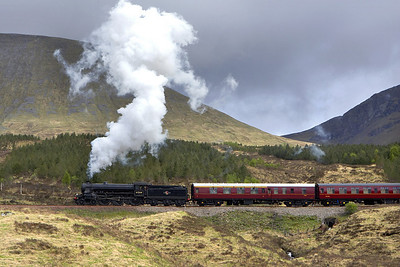 61264 climbs out of Bridge of Orchy on 25/05/2006 with 5Z62 0130 Carnforth-Fort William Yard.