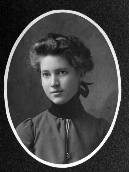 DSCN3267 Louise Millington Towne born 15 Sept 1886 dies 1913 photo taken about 1900