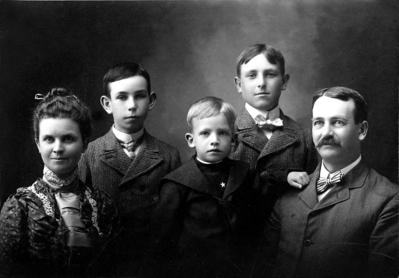 DSCN3234 Anna B, Cortland age 13, Francis age 5 and a half, Stowell age 14, & Arthur C Stebbins June 1901