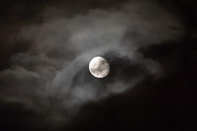 Månen gjennom skyer / Moon through clouds<br /> Madeira, Portugal 1.7.2018<br /> Canon 5D Mark IV + EF 100-400mm f/4.5-5.6L IS II USM