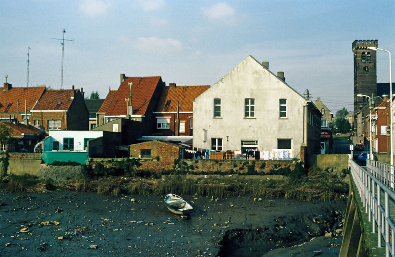 """Zicht op de achterkant van de Warandestraat vanop """"den barkendeir"""" voordat de nieuwe dijk werd aangelegd<br /> Rechts zie je de gelaagstraat"""