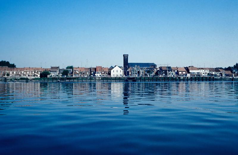 """Steendorp - zicht vanop de Schelde voordat de nieuwe dijk werd aangelegd.<br /> Op de voorgrond """"den Barkendeir"""""""