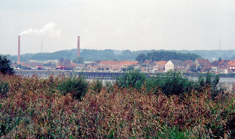 """Steendorp - zicht vanop de dijk in Hingene.<br /> Genomen voordat de nieuwe dijk werd aangelegd.  De Belgomine is hier nog in gebruik (silo's en kraan). In het midden zie je """"den barkendeir""""."""