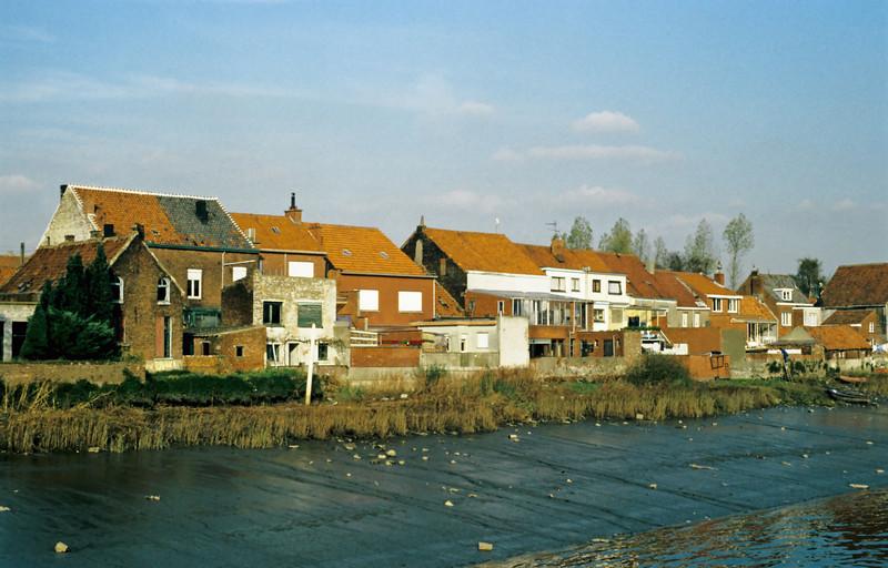 """Zicht op de achterkant van de Lepelstraat vanop """"den barkendeir"""" voordat de nieuwe dijk werd aangelegd"""